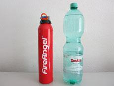 Das Feuerlöschspray FE-F600-DE im Größenvergleich zu einer herkömmlichen Wasserflasche